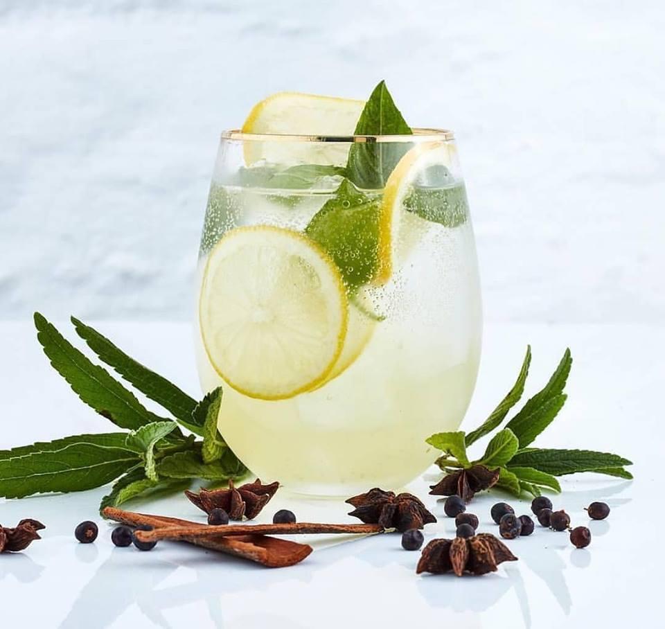 Lemon gin sour