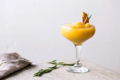 Margarita od breskve i ružmarina